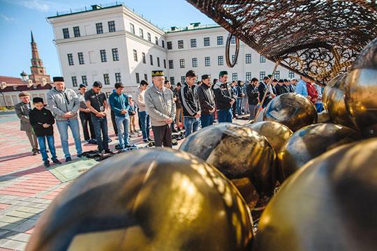 В Казани также ярко выражена национальная, религиозная идентичность. Это удерживать круг своих, территорию, людей