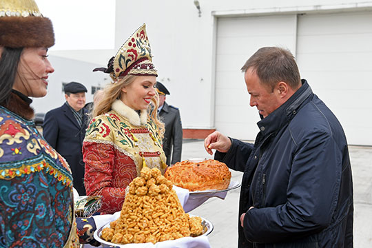 Полпреду Игорю Комарову, вероятно, было бы проще координировать все вопросы из географического центра вверенного ему полпредства?