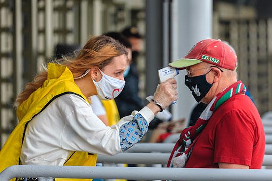 Пускали людей на арену только после бесконтактного замера температуры. Проверяли также маски и перчатки