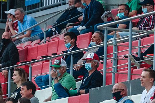 После старта матча на вип-трибуне появился президент Татарстана Рустам Минниханов вместе с руководителем стадиона Радиком Миннахметовым