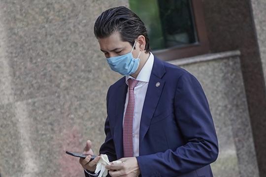 «Я летал в Петербург, два часа туда и столько же обратно в самолёте сидел в маске и перчатках. И ни один человек на борту не спустил маску за это время»