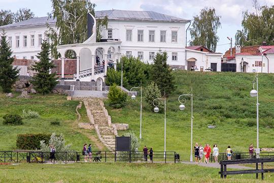 В Елабужском музее-заповеднике также начали принимать гостей с регионов. 24 июня там причалил первый теплоход из Самары
