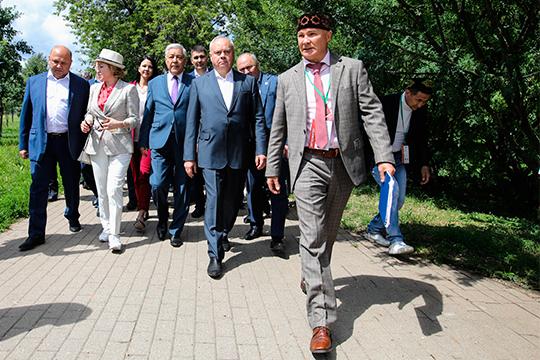 Фарит Фарисов (справа) рассказал, что праздник пройдет на 7 онлайн-площадках. Официальные мероприятия пройдут в Доме Асадуллаева, где располагается Татарский культурный центр