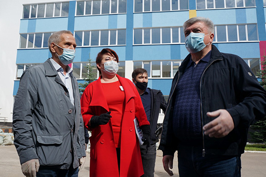 После гимназии Магдеев поехал осмотреть как идут работы в Кадетской школе №82 им. И. Маннанова. На ее капремонт было выделено 132 млн рублей