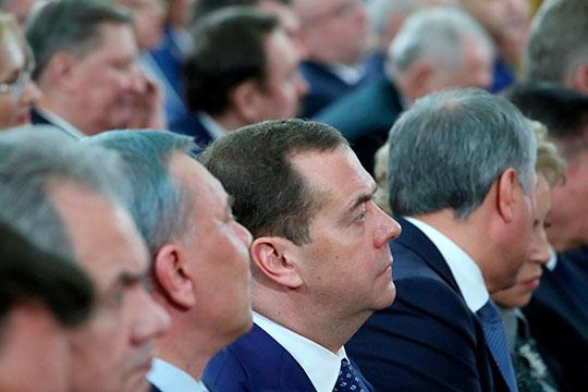 Что касается Медведева, то еще 10 марта он призвал все парламентские партии поддержать поправки, а 16 марта отметил необходимость информирования населения со стороны партии власти