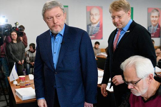 Особое положение занимает партия «Яблоко», которая выступала против изменения Основного закона. Ее ключевыми спикерами были Григорий Явлинский (слева), Николай Рыбаков (справа), Лев Шлосберг