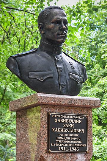 Заки Хабибуллович Хабибуллин родился 28 июля 1911 года в крестьянской семье села Верхний Отар Казанской губернии, ныне Сабинского района Республики Татарстан
