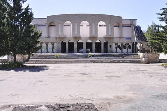 Помимо нового названия, Татарский драмтеатрэтим летом обзаведется еще иновым зданием. Строительные работы наместе бывшего клуба «Колизей» впоселке ЗЯБ уже вышли назавершающий этап