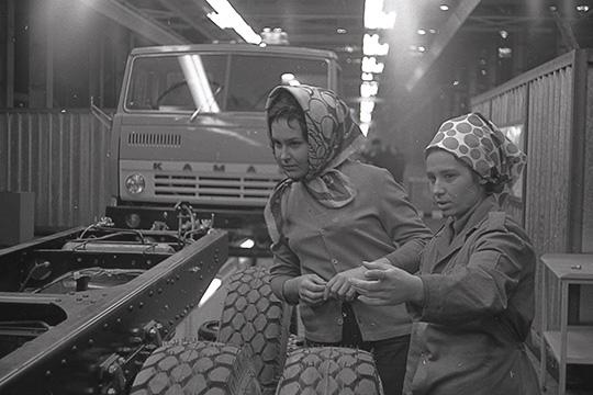 Рынок продажи автозапчастей КАМАЗ фактически утратил. В 90-е автогигант сам пытался продавать запчасти. Когда в 1998 году конвейер почти встал, выручка от продаж запчастей доходила до 70-80%