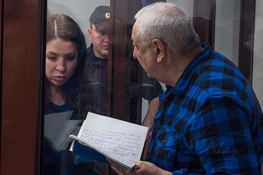 На скамье подсудимых семь человек. Первый фигурант — уже осужденный экс-проректор Ильдар Абдуллин, который после своего обвинительного приговора в 2014 году дал показания на бывшего шефа