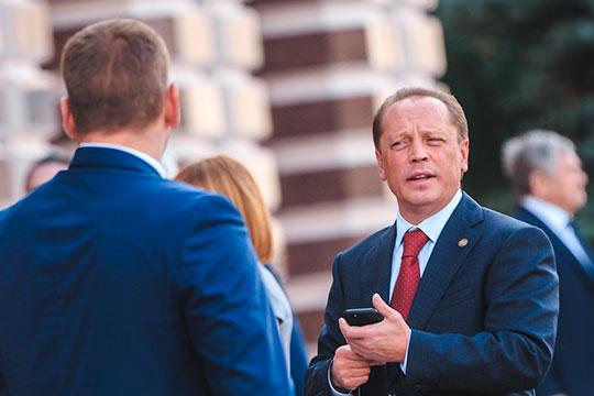 Глава Нижнекамского района РТ Айдар Метшин заработал 3,3 млн рублей, владеет долями в жилом доме и земельном участке, а также Toyota Land Cruiser 200