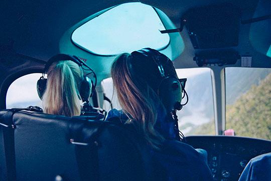«Еще пару лет назад женщина-пилот внашей авиакомпании была экзотикой, носейчас ихбольше. Мне сними, конечно, доводилось летать. Они такиеже профессионалы, как ипилоты-мужчины»