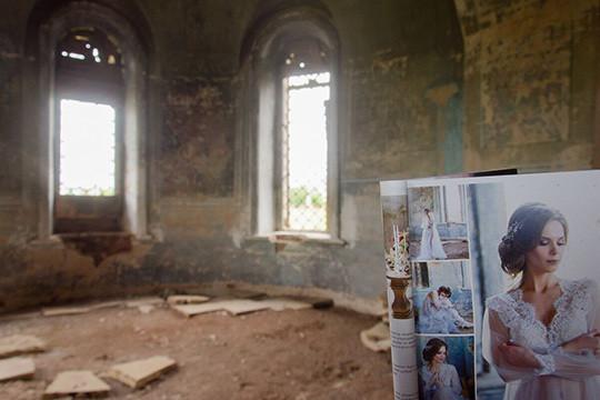 Модель впрозрачном платье инижнем белье позировала нафоне храмовых фресоквселе Гари Елабужского района
