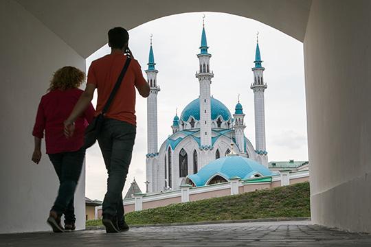«Азачем голым задом вертеть нафоне мечети? Дуры»,— написал пользователь соцсети Юрий Фадеев. «Уберите это, пожалуйста. Мне стыдно»,— умоляет Руслан Широков