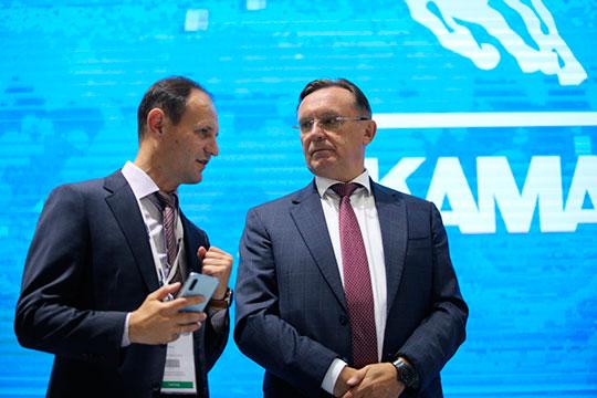 Камазовские менеджеры написали заявления о вступлении в партию и незадолго до формирования списка получили партбилеты. На фото Сергей Когогин (справа) и Олег Афанасьев (слева)