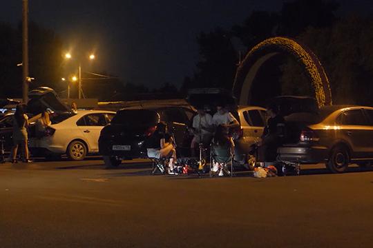 В будний день ближе к полуночи практически вся парковка у Речного порта занята. Приезжают сюда уже с пожаренным мясом и алкоголем