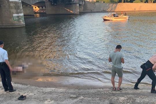 Самый странный инцидент произошел вчера под Кировской дамбой. С железнодорожного моста в Казанку прыгнули трое мужчин. Двое смогли добраться до берега, а вот третий прыгун, 1995 года рождения, исчез из виду