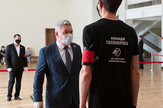 За порядком следили сотрудники института в футболках с черно-белой фотографией легендарного руководителя и надписью на спине «Команда Тихомирова»