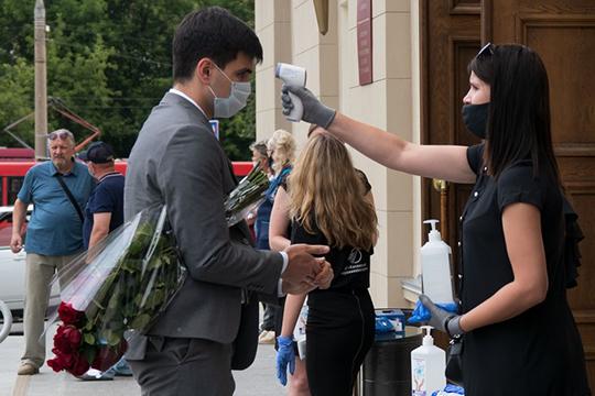 Попрощаться сТихомировым вДКЛенина пришли сотни человек— каждому навходе выдавали маски иперчатки, измеряли температуру