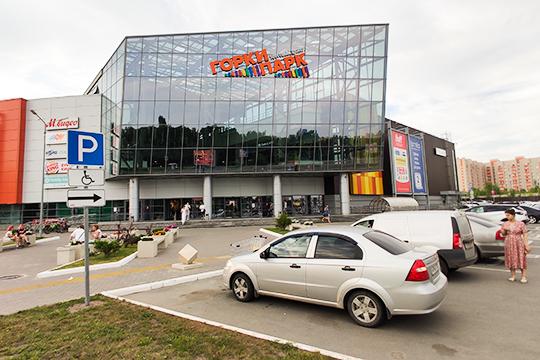 Парковка ТЦ«ГоркиПарк» практически полностью забита машинами. Втамбуре ТЦпоток посетителей разделяется надве части: слева идут те, кому нужно в«Ленту», «Детский мир» и«МВидео», асправа— вKari иBaden