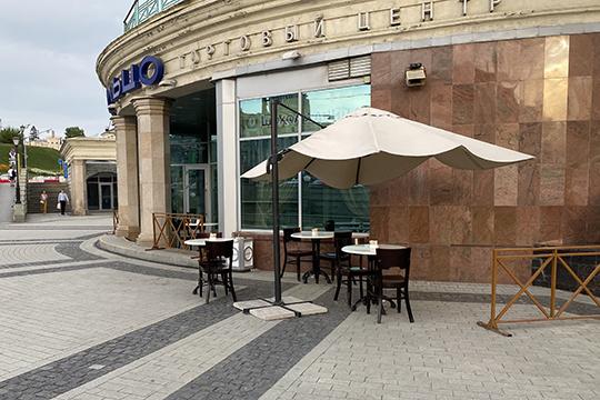 Справа от центрального входа в «Кольцо» выходит кофейня «Шоколадница», от которой на улицу вынесли несколько столиков