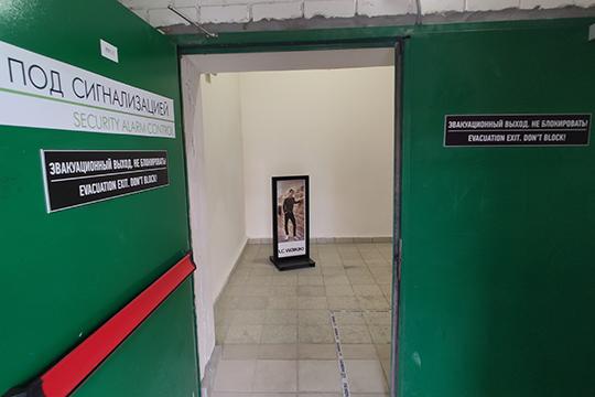 Например, через эвакуационную лестницу можно попасть вLAWAIKIKI