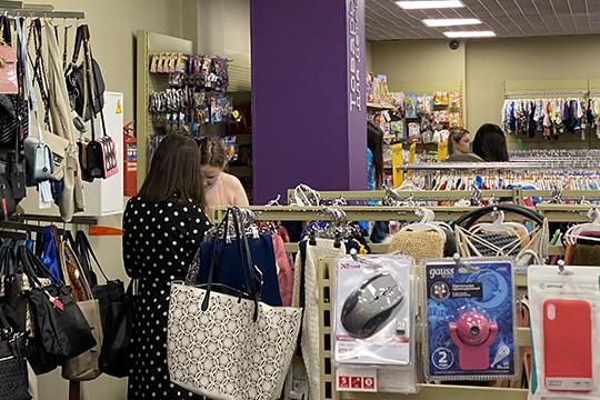 Магазин славится низкими ценами, авассортименте— сотни товаров откухонной посуды доодежды. Пословам собеседника, покупают все, нобольше всего одежду