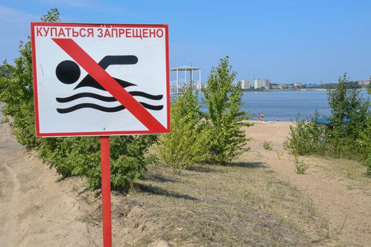 Заглянул президент сегодня и на одно из самых популярных мест отдыха в такую жару — пляж «Локомотив». На входе гостей встречала табличка «Купаться запрещено»