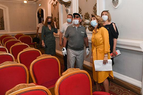Мини-экскурсию по театру провела Айгуль Горнышева. «Звук был плохой, кресла нужны регулирующее для маленьких детей, — сказала она президенту и тут же показала на потолок. — Мы теплоизоляцию сделали, но все равно немножко подтекает»