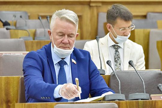 Помнению депутатаРамиля Тухватуллинакомиссия должна ставить своей целью возвращение системы национального образования, нибольше, нименьше