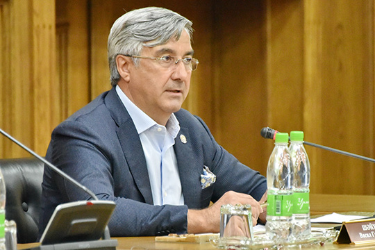 Василь Шайхразиевпообещал, что будет принята стратегия развития татарского народа. Также вэтом году будет увеличено финансирование программы сохранения иразвития государственных языков РТ