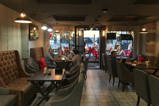 Ресторан Meat Grill подготовил всего несколько столов. Вотличии от«Левен», новость оботкрытии внутренней части досотрудниковдошла ближе квечеру