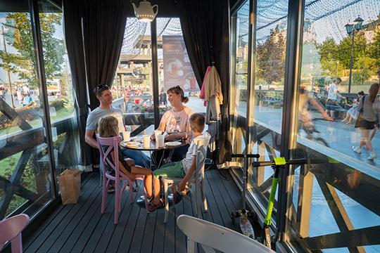 «Мымаксимально быстро открылись, зачас буквально»,— похвастались сотрудницы одного изтаких кафе, «Французской кондитерской»,КамиллаиСнежана. Зал вкафе вмещает неболее 10 столиков, два изкоторых уже заняты