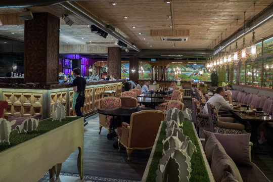 Лаунж-кафе «Чайхона №2» наМусина тоже открыл зал, нобольшого ажиотажа там пока нет: втакую погоду гости предпочитают летнюю террасу