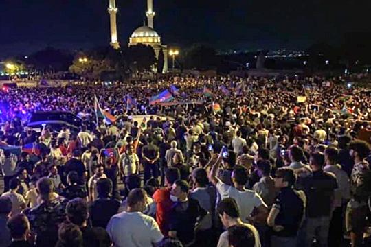 15июля вБаку прошли многотысячные митинги сторонников начала полноценной войны сАрменией. Вночь насреду протестующие даже ворвались вздание парламента, нозатем полиции удалось вытеснить ихнаулицу