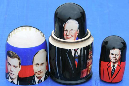 «Если сравнивать Ельцинскую Россию сПутинской— это земля инебо. Вспомните пенсионеров, рывшихся впомойках, недоедающую армию, учителей-челноков, нищую культуру, где даже красть было нечего…»