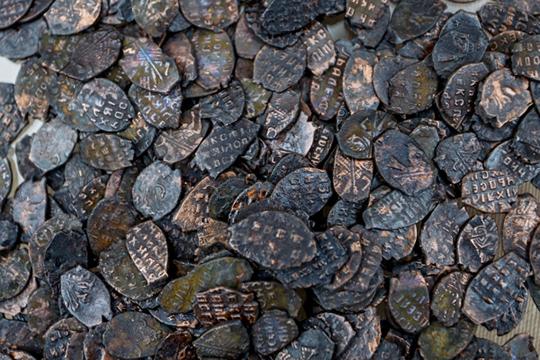 Есть клады, вкоторых оказалось до40 тысяч монет идесятки килограммов серебра. Водной избань вБолгаре, при раскопках, впредбаннике, где раздевались люди, найдено около 400 серебряных монет