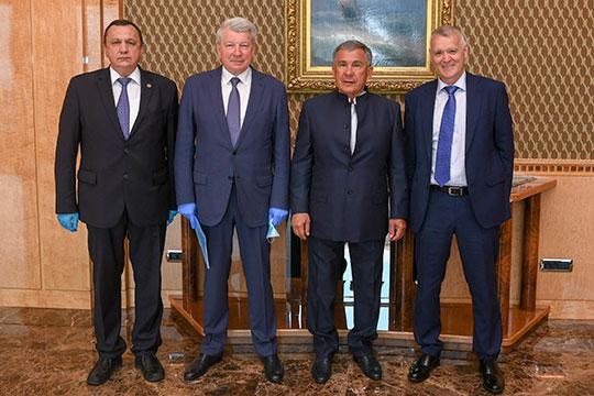 Сегодня Рустаму Минниханову представили нового генерального директора АО «Газпром межрегионгаз Казань». Им стал помощник президента РТ Ринат Сабиров (слева)