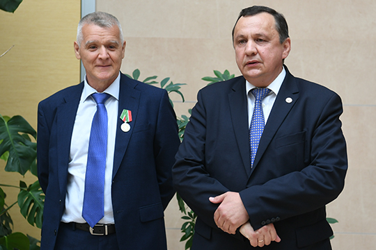 Уходя со своего поста, компании Ханбиков (слева) не покидает — бывший руководитель назначен на пост советника гендиректора «Межрегионгаза»