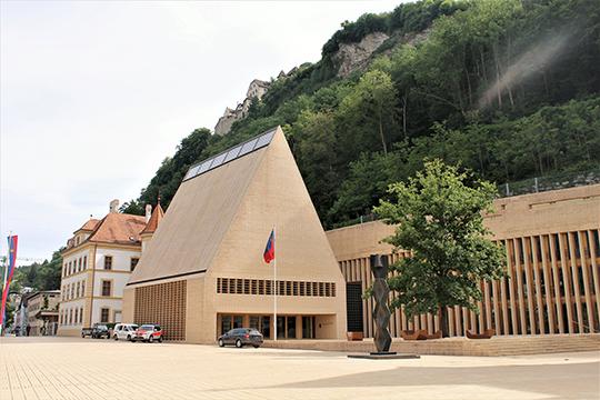 «Парламент Лихтенштейна сидит внебольшом здании, напоминающем избу»