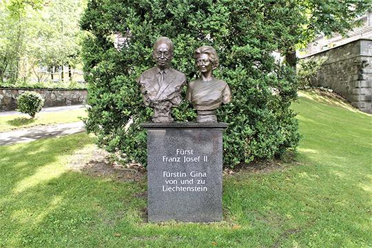 Памятник княжеской чете –Францу Иосиф II и его супруге Георгине фон Вильчек, называемой в народе Джиной