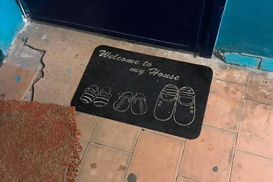 У порога квартиры, где жил ребенок — коврик с изображением трех пар тапочек, больших и маленьких. Из-за двери слышен плач…