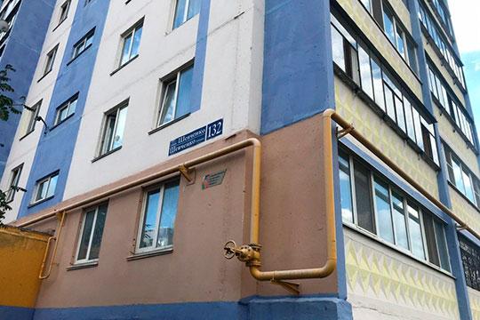 О том, что из окна 9 этажа дома №132 на улице Шевченко в Альметьевске выпал ребенок, сначала сообщили в соцсетях. Информацию из соцсетей почти сразу подтвердили официальные источники