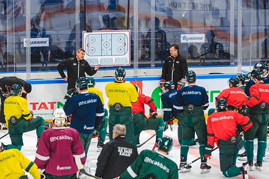 Тренировочные сборы команд проходят сограничениями вусловиях пандемии коронавируса, однако даже все меры незащищают хоккеистов отзаболеваний