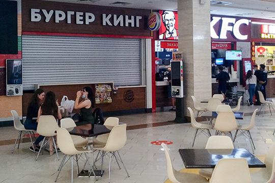 ВТЦ«Южный», где посетителей нафудкорте тоже немного, закрыт толькоBurgerKing. Официант Александр изсоседнего KFC рассказывает, что продавцы бургеров уже несколько дней наводят порядок всвоем помещении