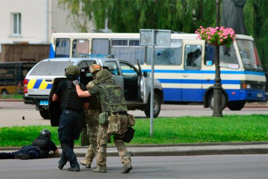 Полдня вооруженный мужчина удерживал дюжину заложниковвукраинском Луцке, едва незакончившиеся страшным терактом