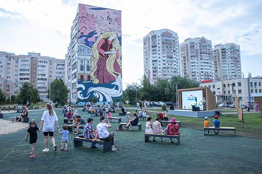 Комарову также показали три двора наулицах Бегичева иГлушко, отремонтированные врамках республиканской программы«Наш двор»