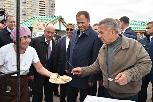 На ипподроме Минниханов порекомендовал полпреду татарское блюдо— перемяч изпечки, где вместо мяса был картофель.Комарову перемяч, судя повсему, понравился
