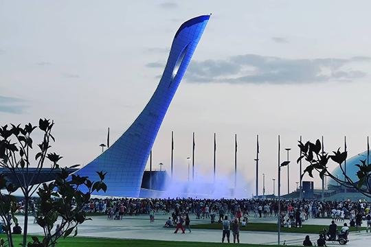 Если денег нет, азрелища хочется, можно самостоятельно приехать вОлимпийский парк ипосмотреть насветомузыкальные фонтаны