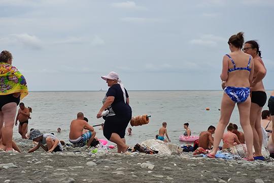Про пляжи… Народу много. Очень много. Нонайти свободное место напеске можно, даже сдистанцией, подальше отводы
